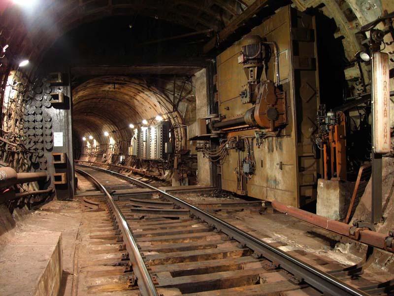 Питерское метро, гермодверь в тоннеле
